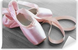 Fototapeta winylowa Nowy różowy balet pointe shoes