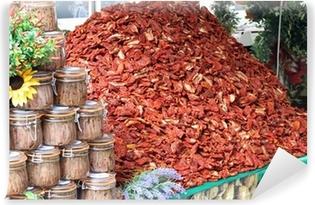 Fototapeta winylowa Ogromna góra czerwony dojrzałych pomidorów suszonych na sprzedaż