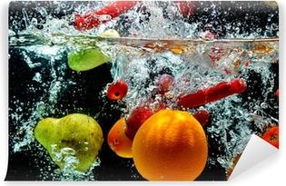 Fototapeta winylowa Owoce różne splash na wodzie