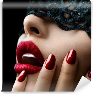 Fototapeta winylowa Piękna kobieta z czarnym koronki nad oczy maski
