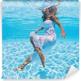 Vinylová Fototapeta Podvodní portrét ženy s bílými šaty v bazénu