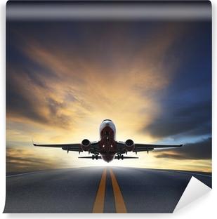 Fototapeta winylowa Samolot pasażerski startu z pasów startowych przeciwko pięknej mrocznej sk
