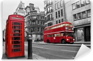 Fototapeta samoprzylepna Czerwona budka telefoniczna i autobusów w Londynie (Wielka Brytania)