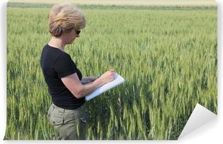 Fototapeta samoprzylepna Ekspert agronomia kontrolnych pola pszenicy