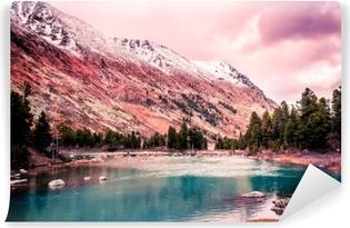 Fototapeta samoprzylepna Piękne turkusowe jezioro w górach. Piękno przyrody. piesza wycieczka przez rezerwat przyrody Ałtaju.