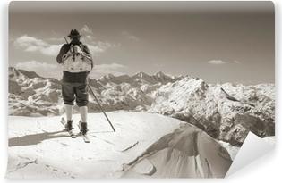 Fototapeta samoprzylepna Sepia Vintage narciarz z drewnianych nart