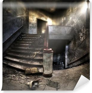 Fototapeta winylowa Schody w opuszczonym kompleksie