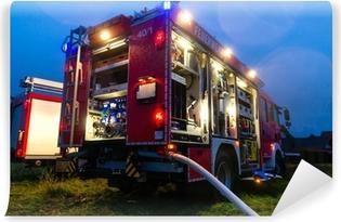 Fototapeta winylowa Strażacy w akcji z migającymi światłami