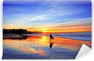 Vinylová Fototapeta Surfař na pláži při západu slunce