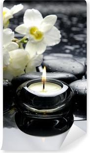 Fototapeta winylowa Świeca aromaterapia i zen kamienie z gałęzi białych orchidei