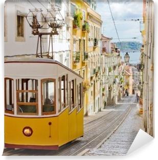 Fototapeta winylowa Zabytkowy tramwaj na uliczce w Lizbonie