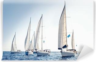 Fototapeta winylowa Żeglarstwo jachty z białymi żaglami statku