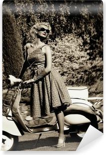 Vinylová Fototapeta Žena v retro šaty s skútr