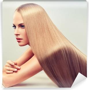 Fototapeta zmywalna Piękna blondynka z długimi, zdrowe i lśniące włosy.