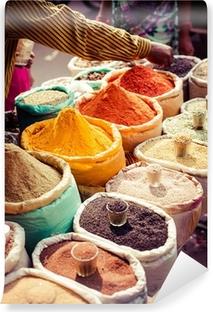 Fototapeta zmywalna Tradycyjne przyprawy i suszone owoce w lokalnym bazarze w Indiach.