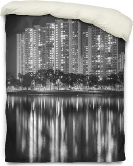 Funda de edredón Edificio residencial de gran altura en la ciudad de hong kong en la noche