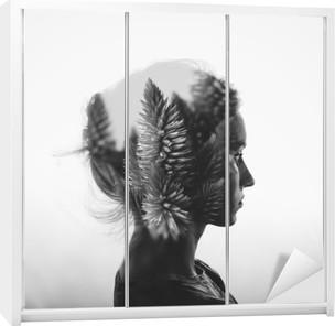 Kreativ dobbelt eksponering med portræt af ung pige og blomster, sort / hvid Garderobe klistermærke