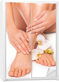 Manicure og pedicure med hvid orkidé. isolerede Garderobe klistermærke