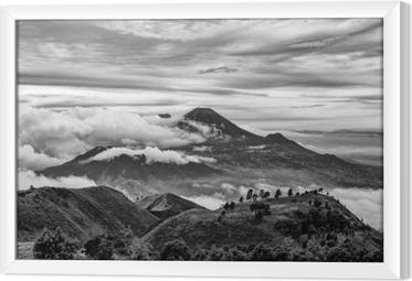 Gerahmtes Leinwandbild Berg merapi und merbabu im Hintergrund genommen vom Berg pru, jogjakarta, Indonesien in Schwarzweiss.