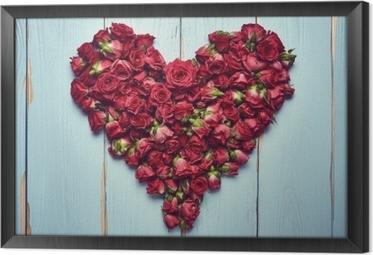 Gerahmtes Leinwandbild Herzform von Rosen auf hölzernen Hintergrund