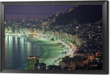 Gerahmtes Leinwandbild Nachtansicht von Copacabana Strand. Rio de Janeiro