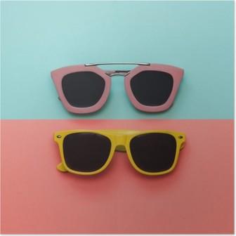 HD Poster Düz lay moda seti: pastel kökenden iki güneş gözlüğü. Üstten görünüm.