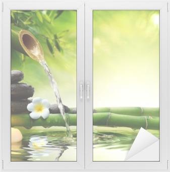 Kylpylä kivi puutarhassa virtaavalla vedellä Ikkuna- Ja Lasitarra