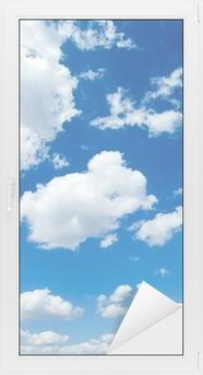 Valkoiset pilvet sinisellä taivaalla. cloudscape Ikkuna- Ja Lasitarra