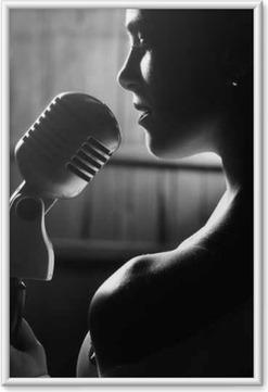 Immagine in Cornice Donna sensuale con il microfono