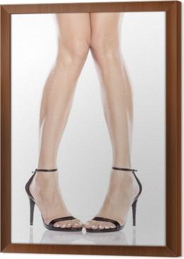 7d2574221e78 Smukke kvindelige ben i elegante sandaler med høje hæle Indrammet fotolærred