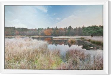 Ingelijst Canvas Ijzige ochtend op meer in de herfst