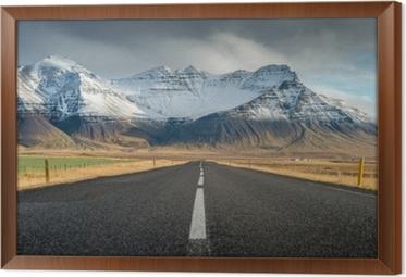 Ingelijst Canvas Perspectief weg met sneeuw bergketen achtergrond in bewolkt dag herfst seizoen IJsland