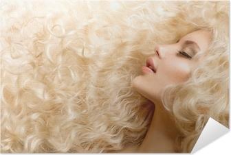 Aaltoileva kihara blondi hiukset lähikuva. karvatyypin koostumus Juliste •  Pixers® - Elämme muutoksille 560ac58da7