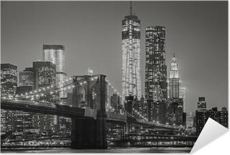 New York yöllä. brooklyn silta, alempi manhattan - musta Itsestäänkiinnittyvä Juliste
