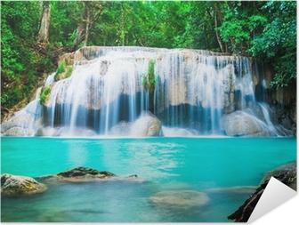 Vesiputous viidakossa kanchanaburi maakunnassa, thaimaa Itsestäänkiinnittyvä juliste