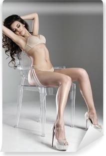 Aistillinen brunette nainen pitkät kiharat hiukset Itsestäänkiinnittyvä  valokuvatapetti 156177ea7b