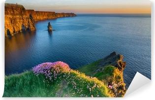 Irlantilainen maailmankuulu matkailukohde läänin piirissä. moher länsirannikolla kallioita. eeppinen irlantilainen maisema ja merimaisema villin atlanttisella tavalla. kaunis luonnonkaunis luonto Irlannista. Itsestäänkiinnittyvä Valokuvatapetti