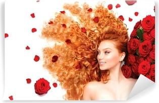 Kauneus malli tyttö kihara punaiset hiukset ja kauniit punaiset ruusut  Itsestäänkiinnittyvä valokuvatapetti 5ff3bcecf1