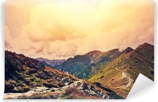 Luonto vuoristomaisemassa. Itsestäänkiinnittyvä Valokuvatapetti