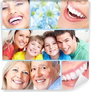 Onnelliset ihmiset hymyilevät. Itsestäänkiinnittyvä valokuvatapetti