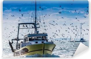 Retour de pêche d'un chalutier. Itsestäänkiinnittyvä valokuvatapetti