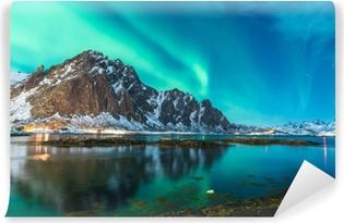 Vihreä pohjoisen valon räjähdys yli vuono Itsestäänkiinnittyvä Valokuvatapetti