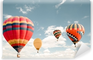 Vintage kuumailmapallo lentävät taivaalla. matka- ja lentoliikenteen käsite - vintage ja retro-suodattimen vaikutus tyyliin. balloon karnevaali thaimaassa Itsestäänkiinnittyvä Valokuvatapetti