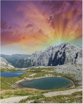 Kauniita järviä ja huippuja dolomiiteistä. kesä auringonlaskua yli alpeilla Juliste