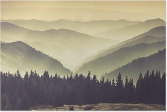 Maisema sumuisten vuorten kukkuloille. Juliste
