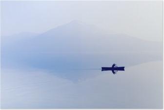 Sumu järven yli. siluetti vuoret taustalla. mies makaa veneessä meloa. Juliste
