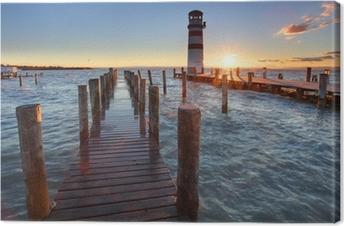 Majakka neusiedl-järven rannalla auringonlaskun aikaan Kangaskuva