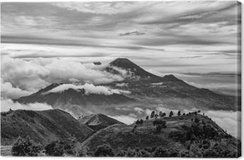 Mount merapi ja merbabu taustalla otettu mount prau, jogjakarta, indonesia mustavalkoisena. Kangaskuva