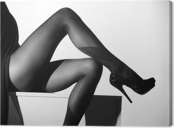 Mustavalkoinen valokuva kauniista jaloista sukkia Kangaskuva