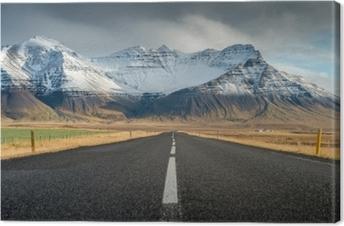 Perspektiivinen tie lumi vuorijono tausta pilvinen päivä syksy kausi islanti Kangaskuva